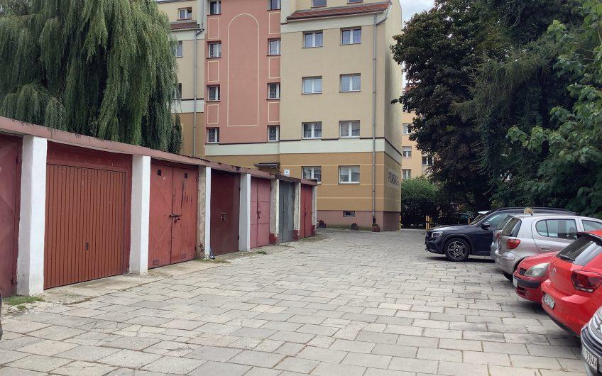 Wynajmę bardzo zadbany garaż w Legnickim Rynku przy samej Akademii Rycerskiej.