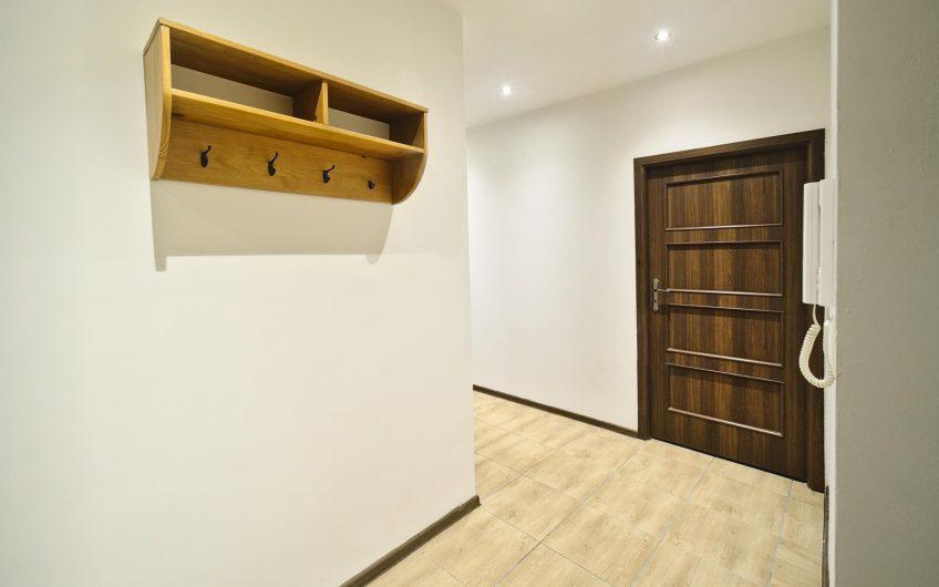 Sprzedam 55m2 dwu pokojowe mieszkanie położone na parterze w samym centrum przy ul. Plac Klasztorny.